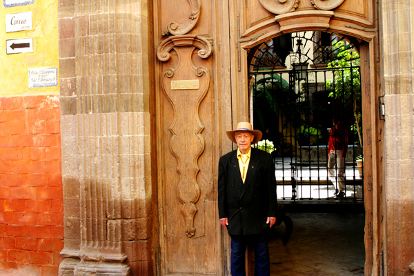Albert waiting outside the translating offices of the Instituto. Photo by David Lansing.